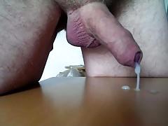 Schlaffer Penis Sperma gedrueckt