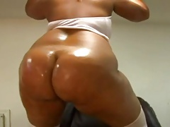 thick sista shakin that ass