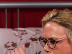 Hot stunner gets cumshot on her face gulping all the jizz