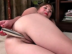 amateur wife fucks her hairy pussy