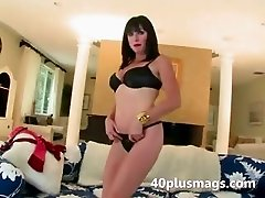 Sexy mom introduces herself